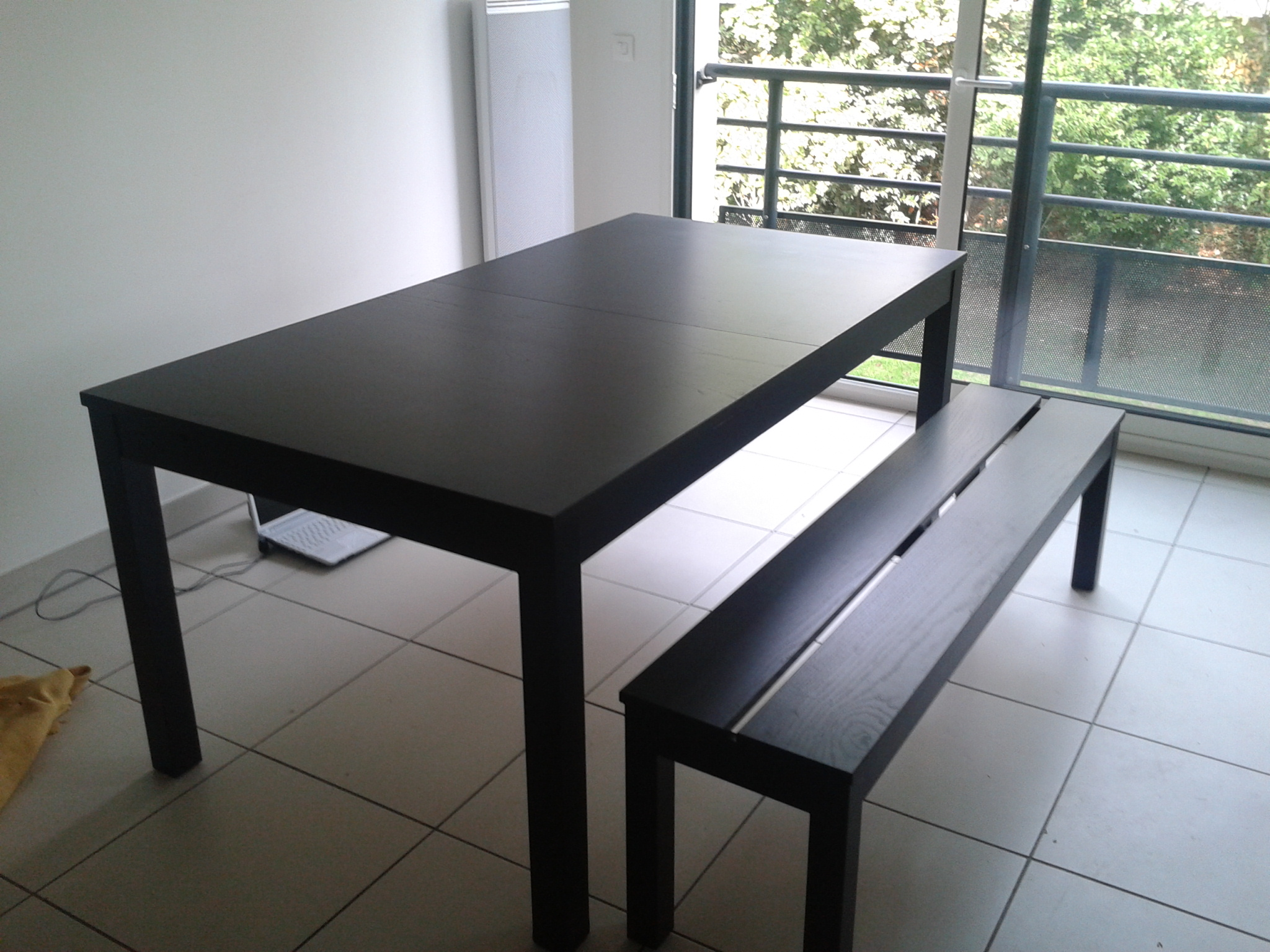 Table avec banc for Table de salle a manger flamant